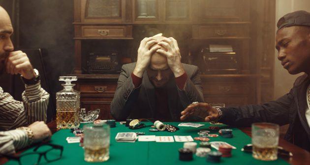 Tre män som spelar casinospel